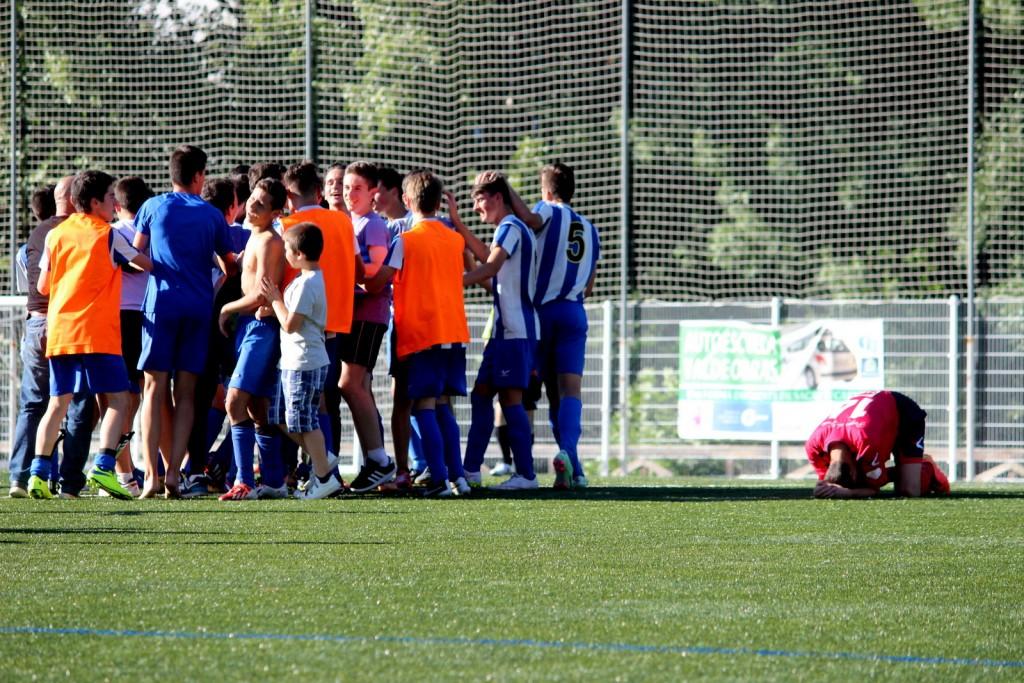 Los jugadores del Valladares celebran el ascenso a Liga Galega