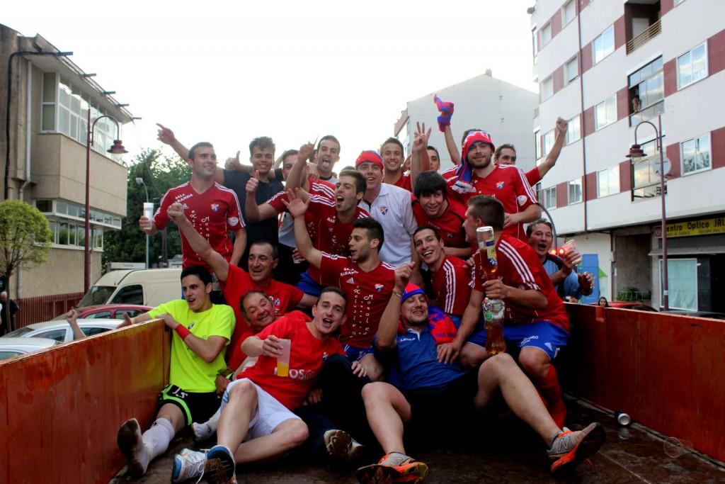 Jugadores durante el recorrido por O Barco tras el ascenso.