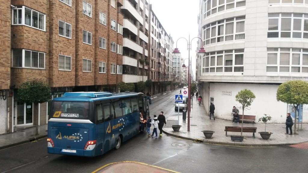 Jóvenes tomando el autobús del transporte escolar en O Barco