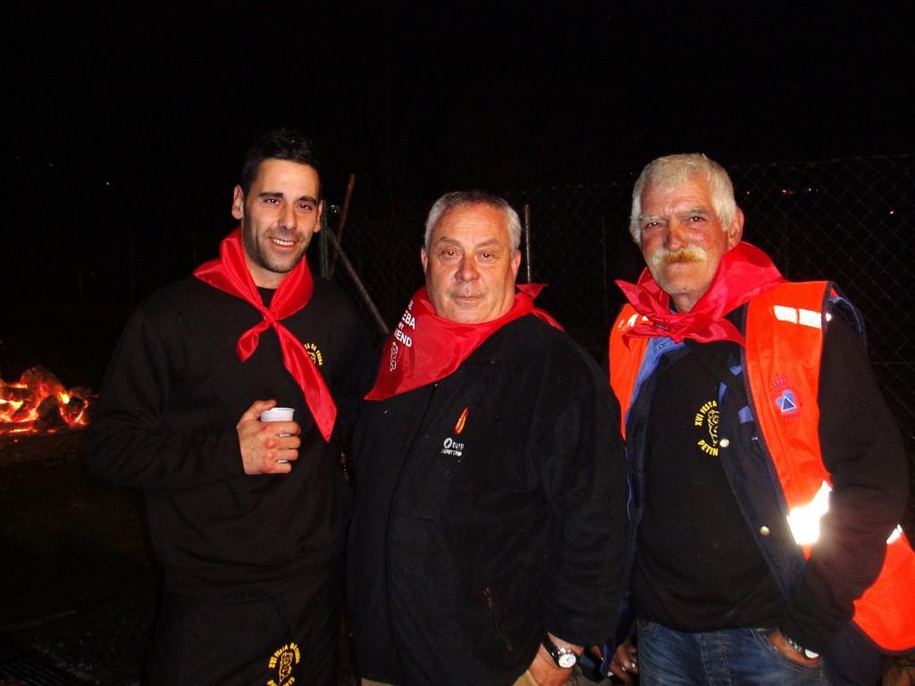 Jorge Sixto (vecino voluntario), Miguel Bautista (alcalde) y un operario de Protección Civil