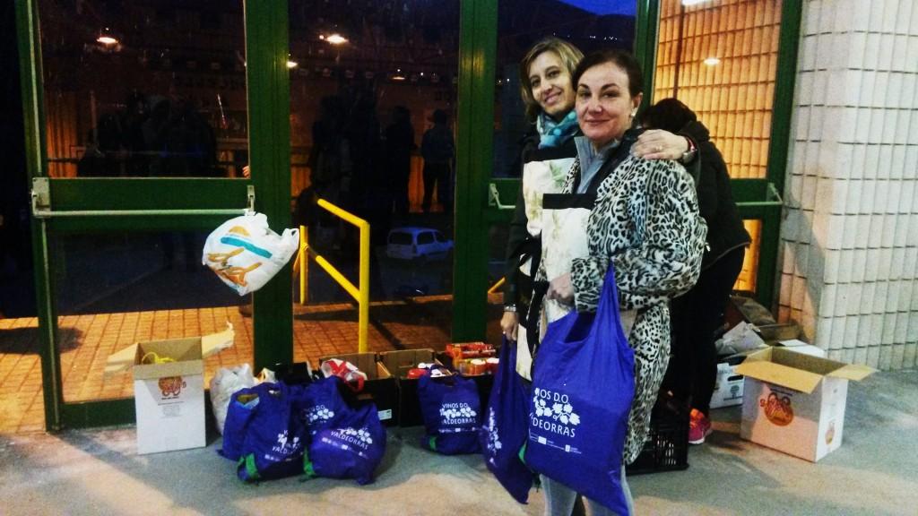 María del Carmen Quiroga y Marisol Luis Gayoso recogiendo alimentos