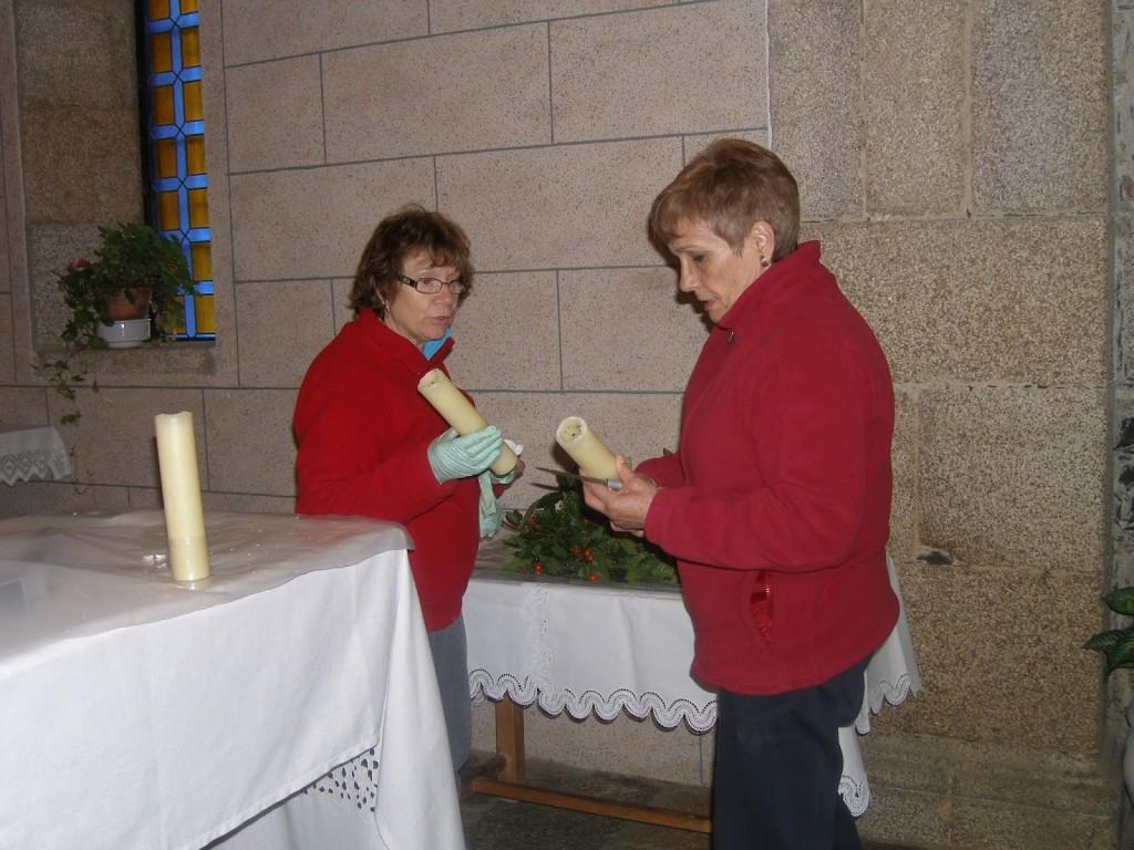 Mujeres elaborando una corona de plantas en la iglesia