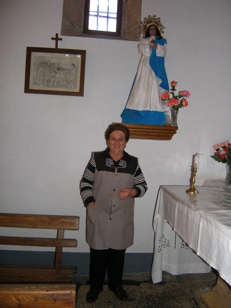 Olga Blanco con la Virgen de la Inmaculada de Roblido