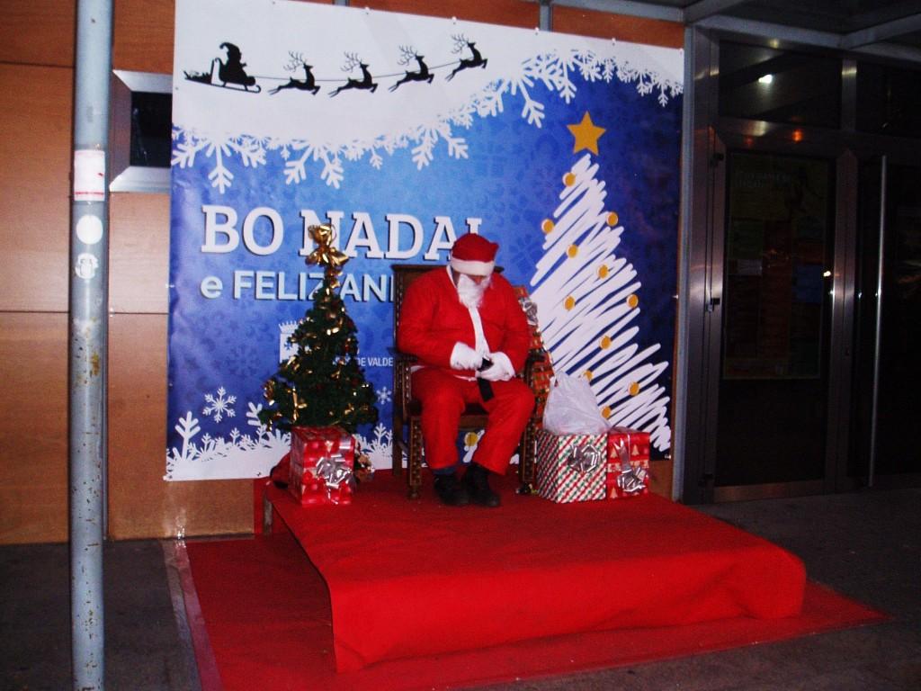 Papa Noel no faltó a la cita del mercadillo navideño