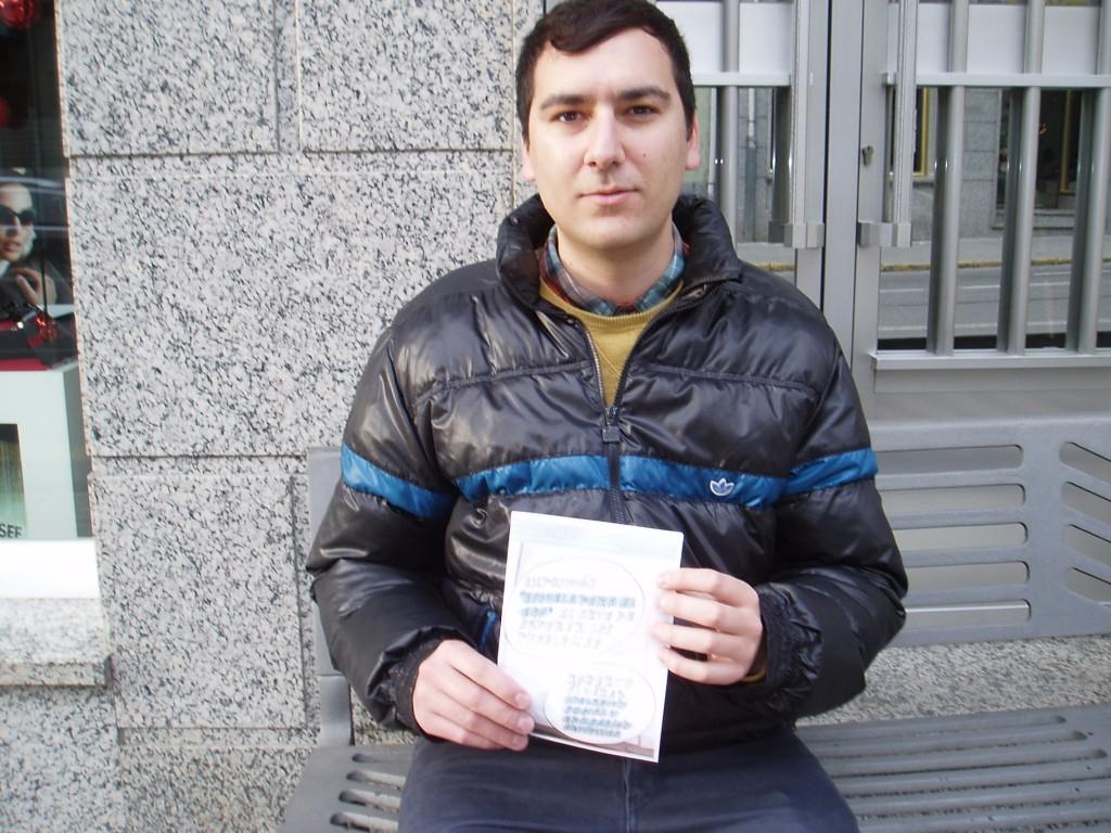 El artista Roberto Álvarez con un cartel de su exposición en la mano