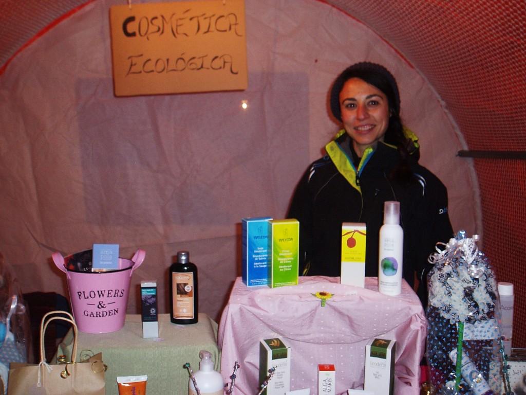 Un puesto de cosmética ecológica con la responsable del mismo
