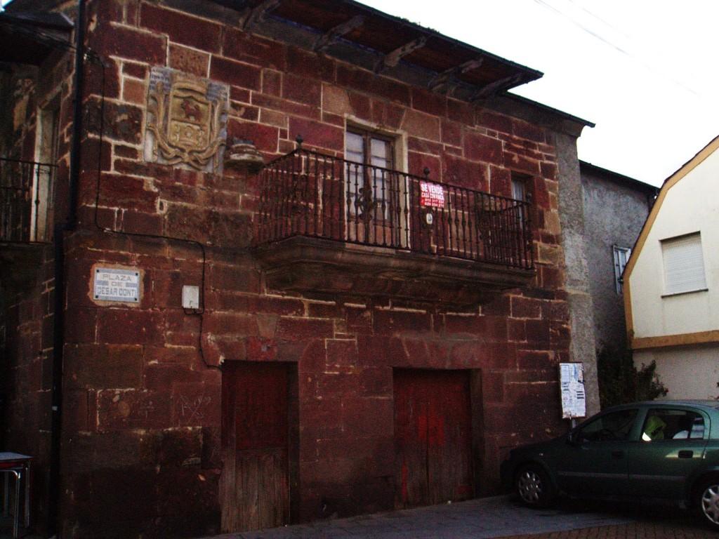 Una de las casas con escudo más antiguas de A Rúa también sometida al plan