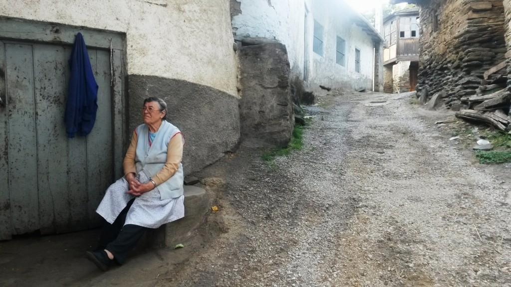 Una persona mayor en un pueblo de Vilamartín