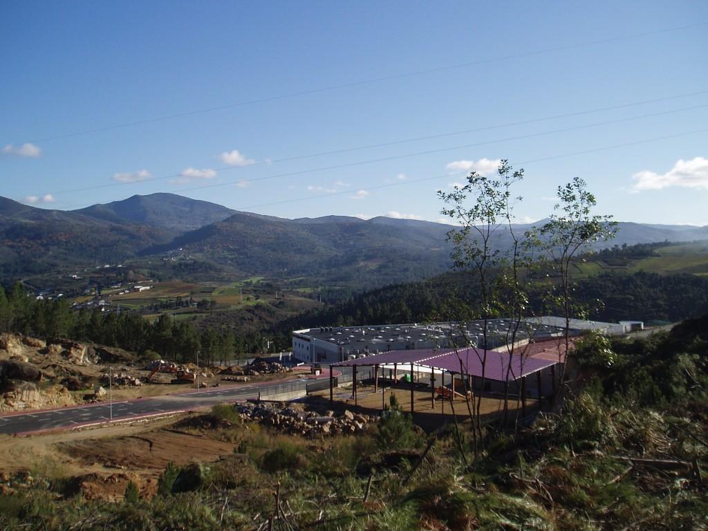 Vista de la fábrica Autoneum y del polígono industrial