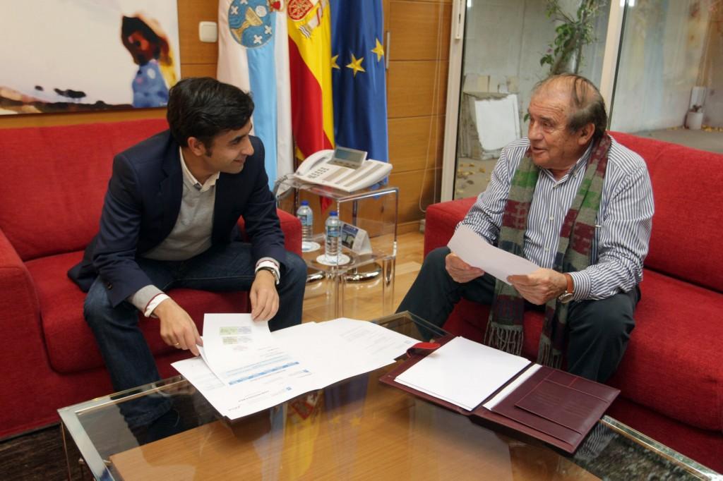 El Consejero de Polí'tica Social, JosŽé Manuel Rey Varela, con el alcalde de O Bolo,Manuel Corzo Mac'as.