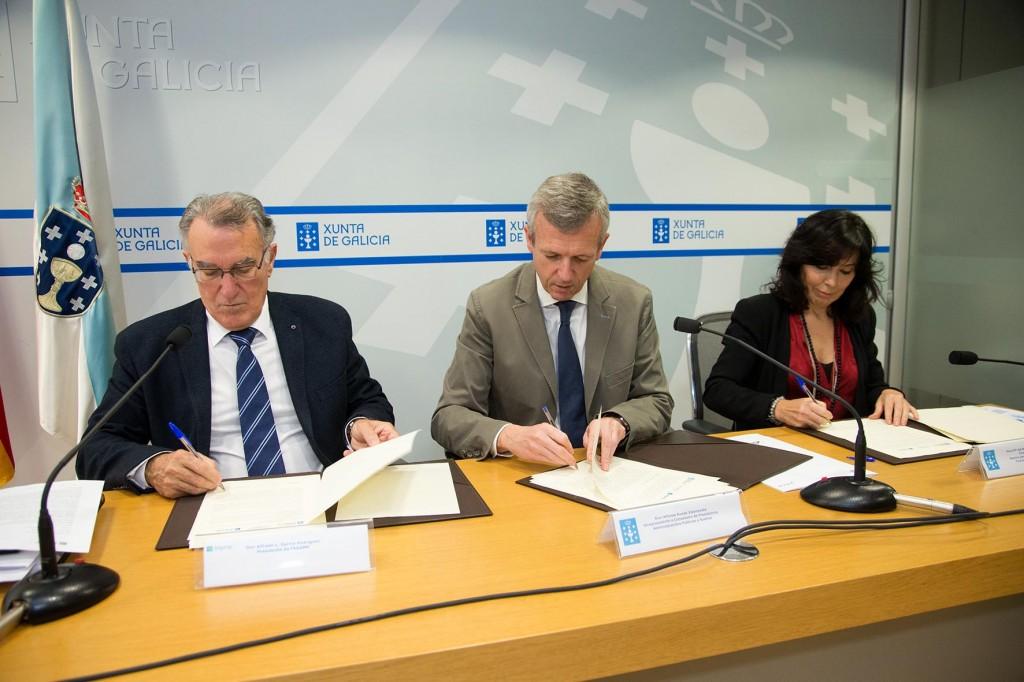 Alfredo García, Alfonso Rueda y Mar Pereira firmando del convenio  Autor: Xoán Crespo