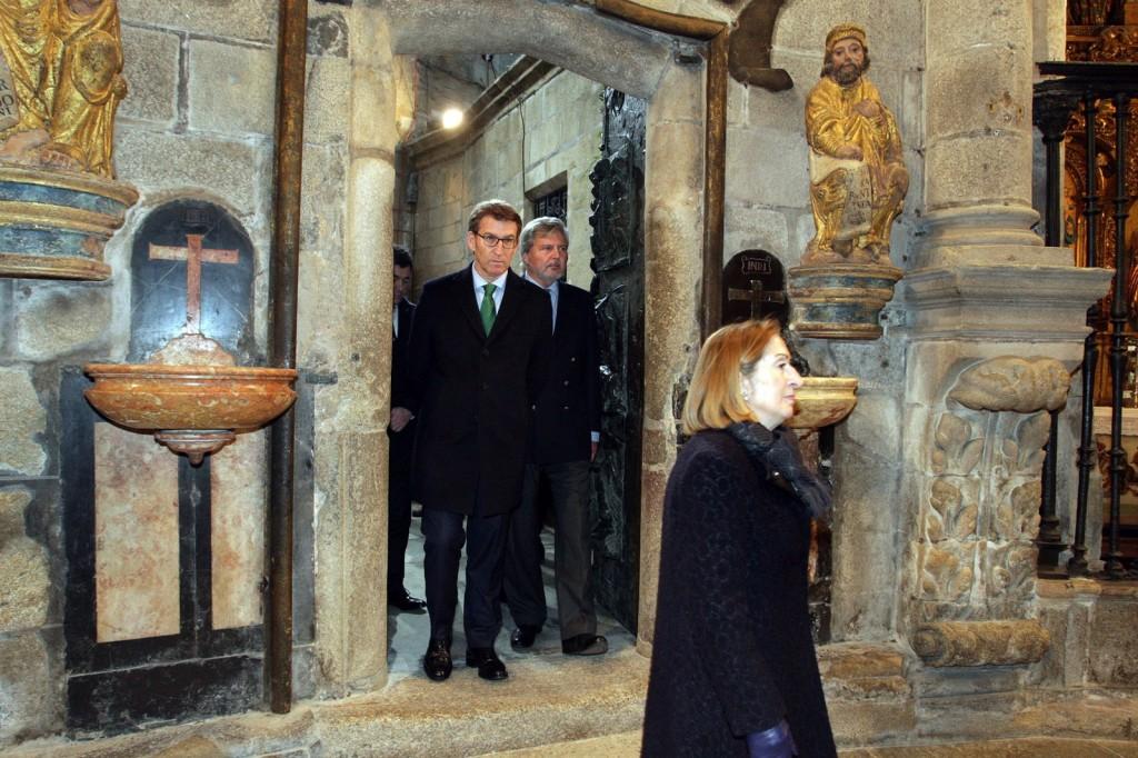 El presidente de la Xunta asiste al rito de apertura de la Puerta Santa en la Catedral de Santiago  Autor: Conchi Paz