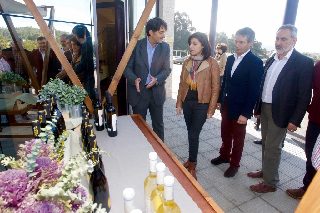 La conselleira del Medio Rural, Ángeles Vázquez, acompañada por el delegado de la Xunta en Pontevedra, José Manuel Cores Tourís, visitó ayer las nuevas instalaciones en Meis de Bodegas Terras Asorei