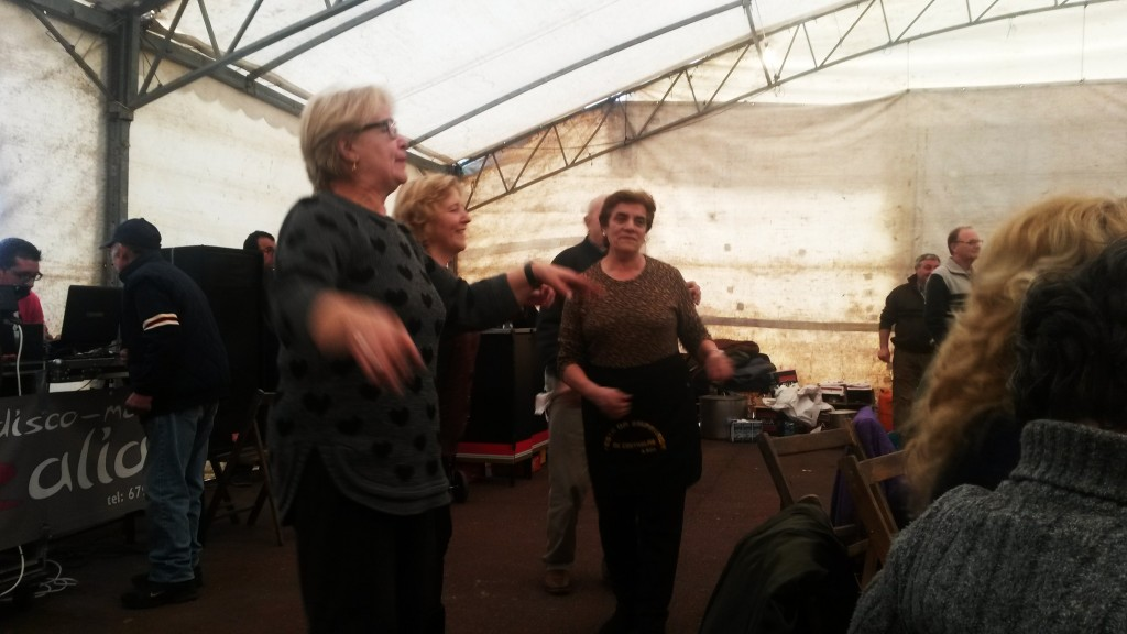 Mujeres de la organización bailando en la edición 2014