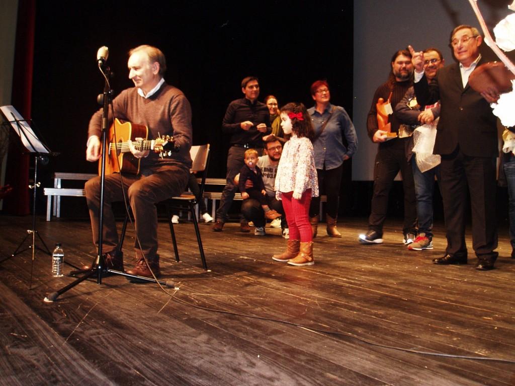 Anxo Rei actuando con la familia de Careca  en el escenario