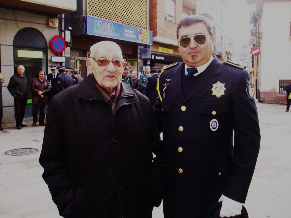 Arturo Rebollar con un vecino el día de celebración de San Mauro
