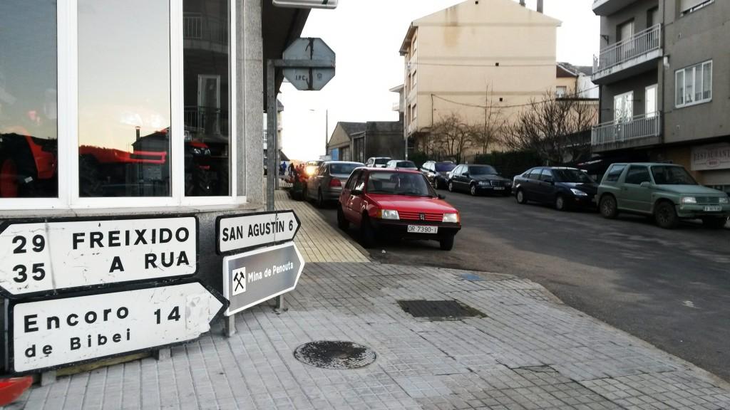 Carteles indicativos de carreteras en el centro de Viana
