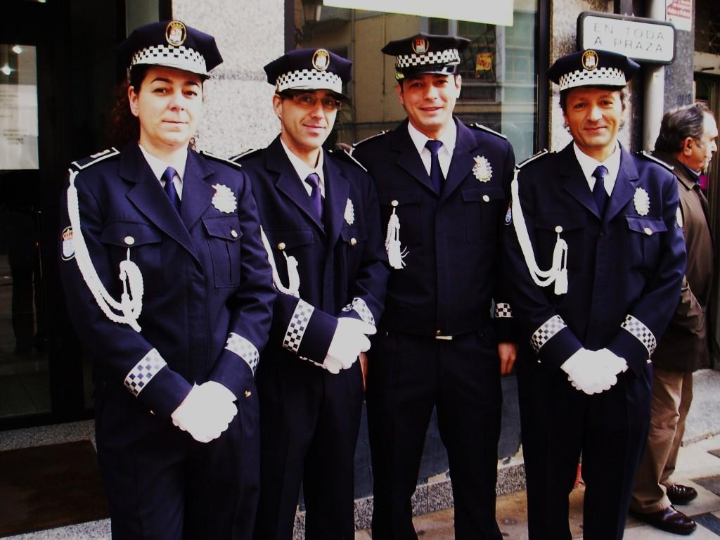 Cuatro agentes de la Policía Local de O Barco antes de la procesión