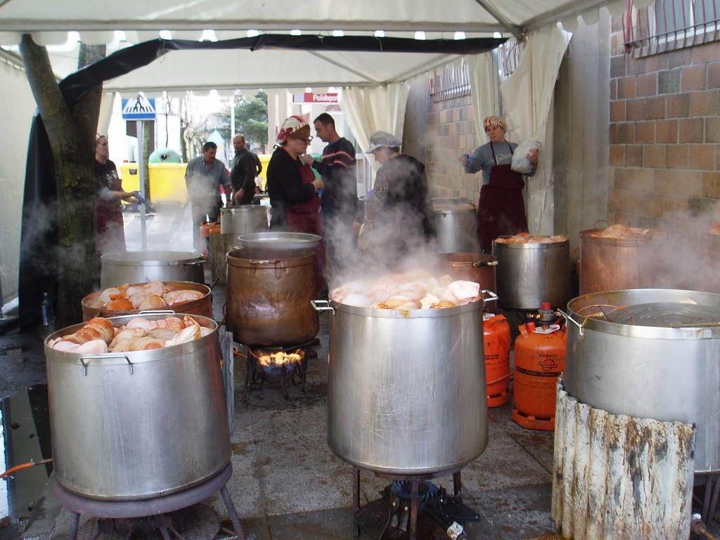 El Botelo cociendo antes de la fiesta a la puerta del pabellón de Calabagueiros