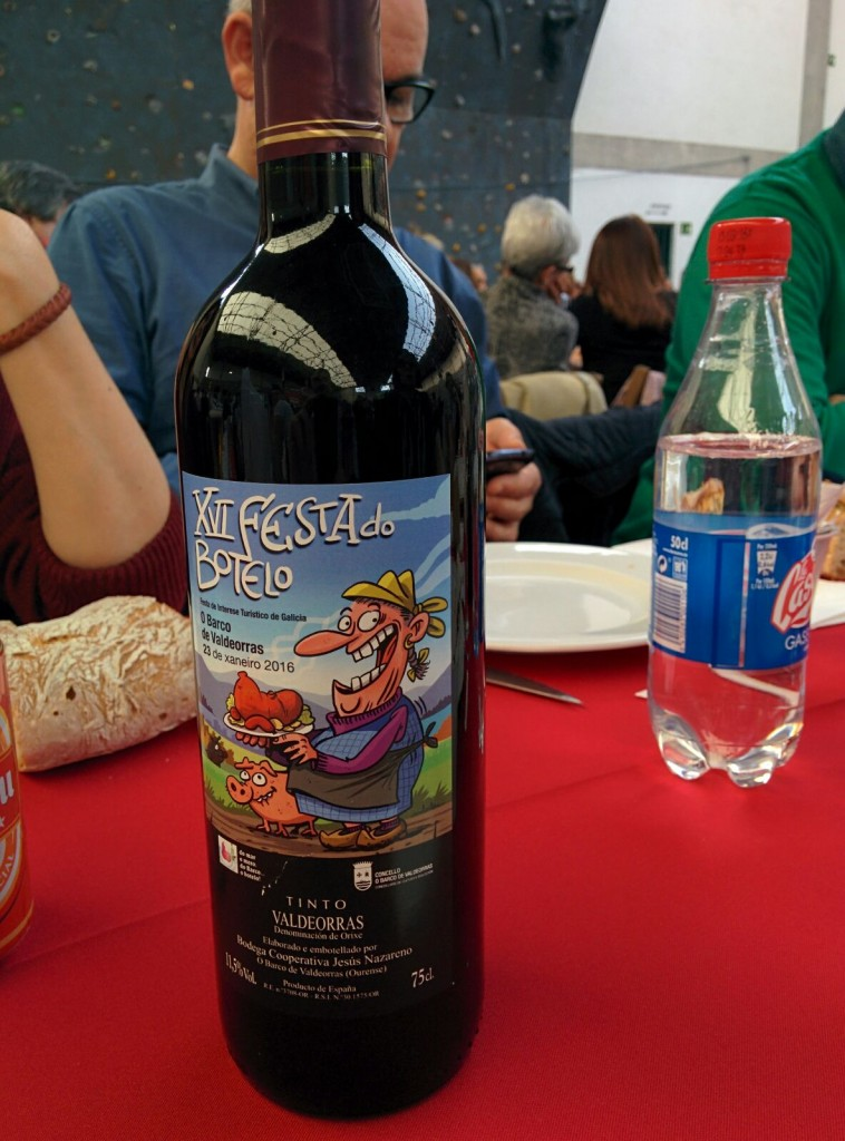 El vino de la Denominación con el cartel de la fiesta