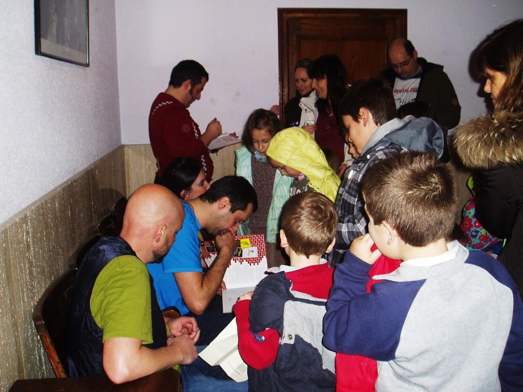 Firmando ejemplares para los niños