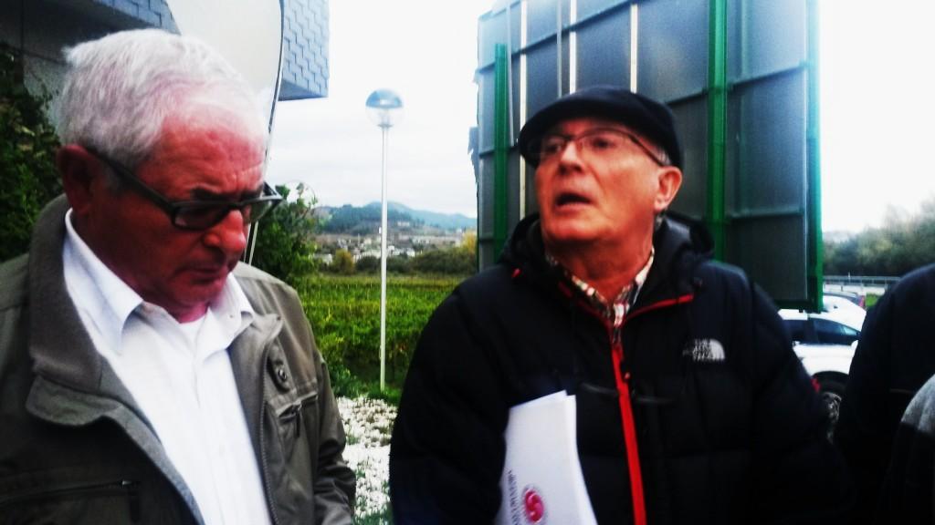 Francisco García, a la derecha, en la protesta por las sanciones a los cooperativistas