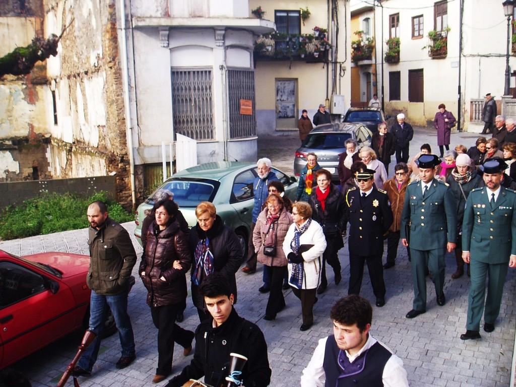 Guardia civiles, policías y vecinos en la procesión de San Mauro