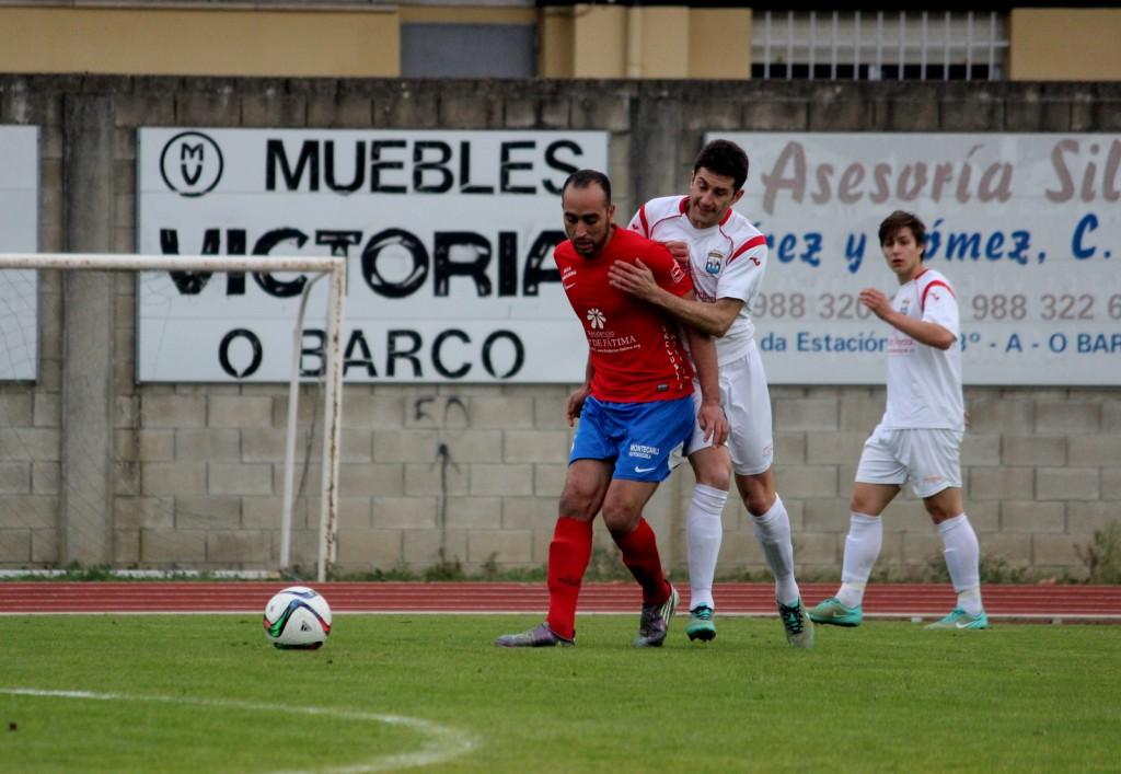 Adil controla el balón ante la presion de un jugador del Negreira