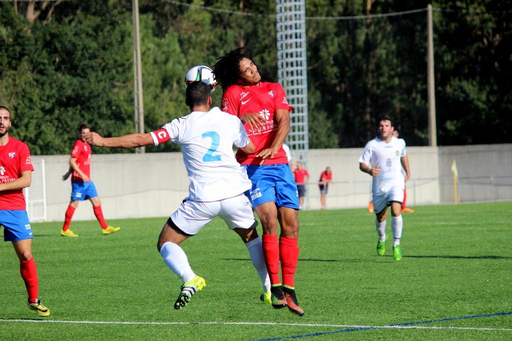 Mitogo lucha un balón por alto en el encuentro de la primera vuelta