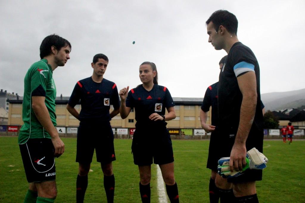 Capitanes y trío arbitral durante el sorteo de campo