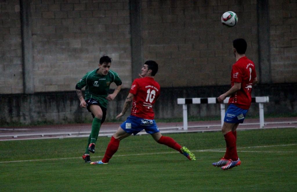 Gabriel despeja el balón ante la presión de Alves (Archivo anterior partido)