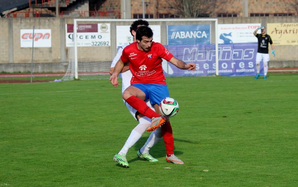 Rodri gana el balón a un defensor del Boiro
