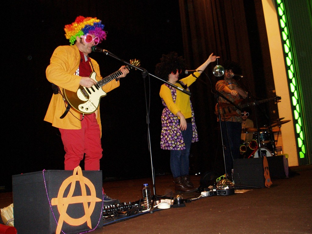 La banda durante el concierto en A Rúa