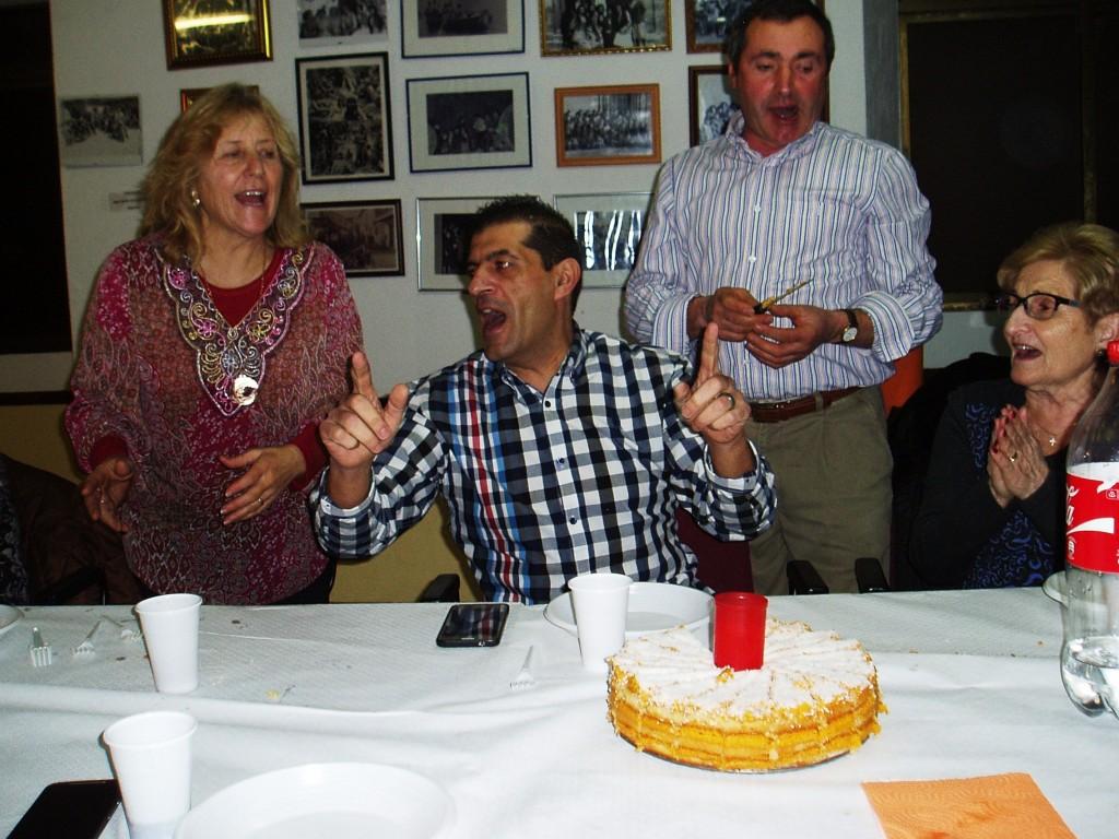 La tarta con vela incluida la depositaron en la mesa cantando