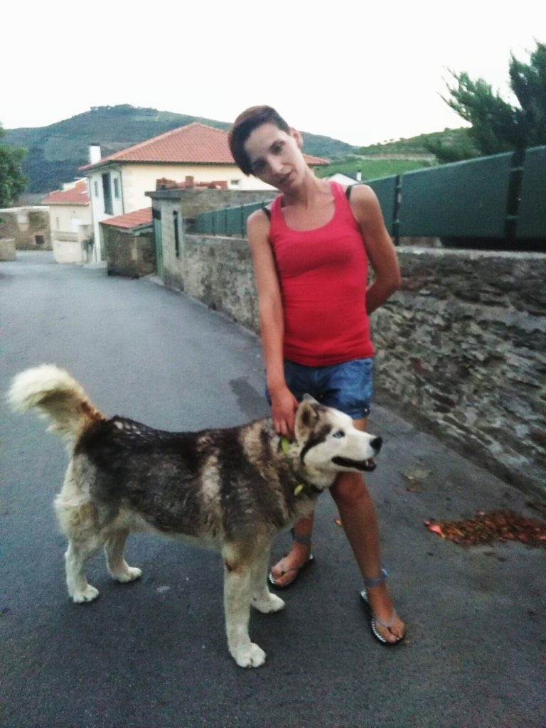 Liliana con uno de sus perros