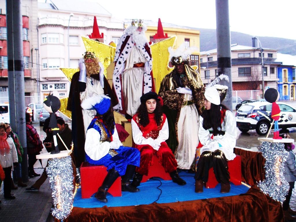 Los Reyes Magos en la carroza, en la estación de autobuses de A Rúa