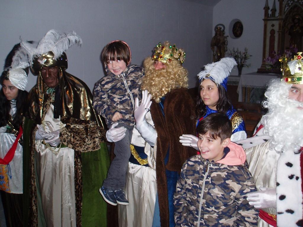 Los Reyes con un grupo de niños