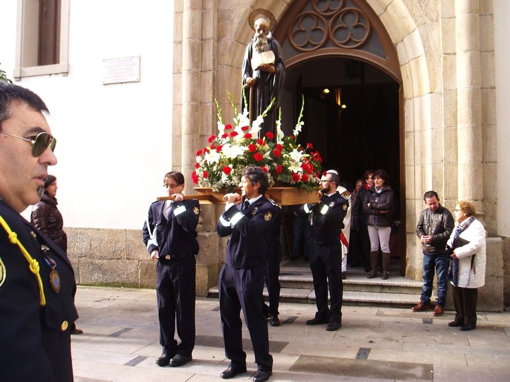 Momento en que sale la talla de San Mauro de la iglesia