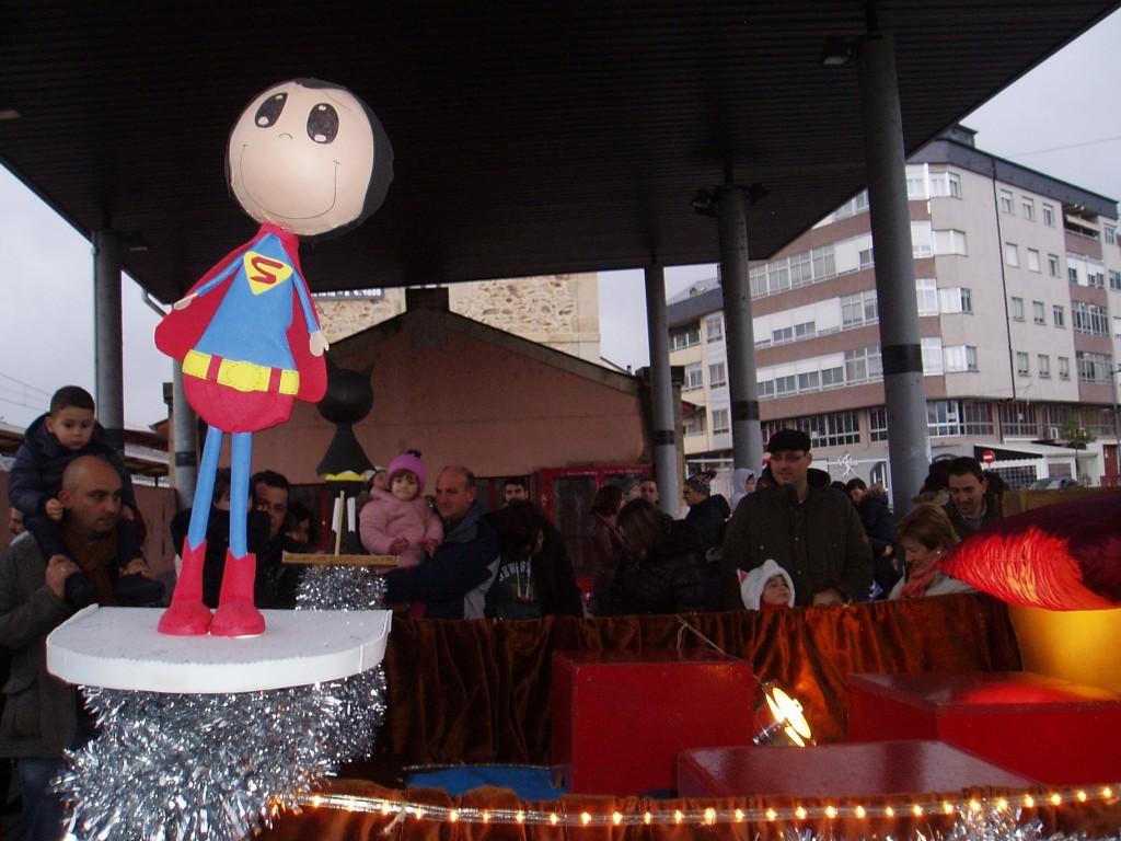Niños y adultos frente a la carroza de los Reyes en A Rúa