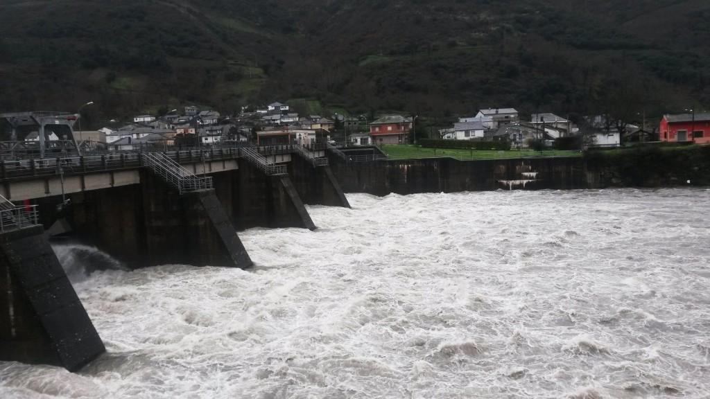 Presa de Valencia do Sil (Vilamartín) donde el agua discurrió con fuerza