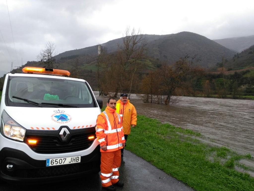 Protección Civil en un tramo de A Rúa donde el agua llegó a la carretera