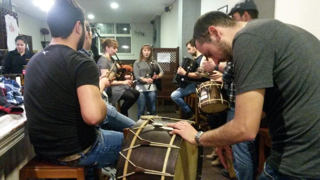 Uno de los siete grupos que tocaron en un bar de O Barco durante la Foliada y Cantos de Taberna
