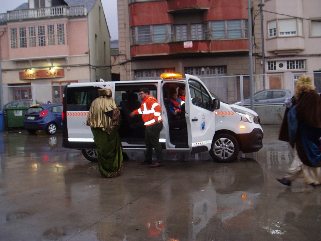 Vehículo de Protección Civil de A Rúa a punto de transportar a un rey mago