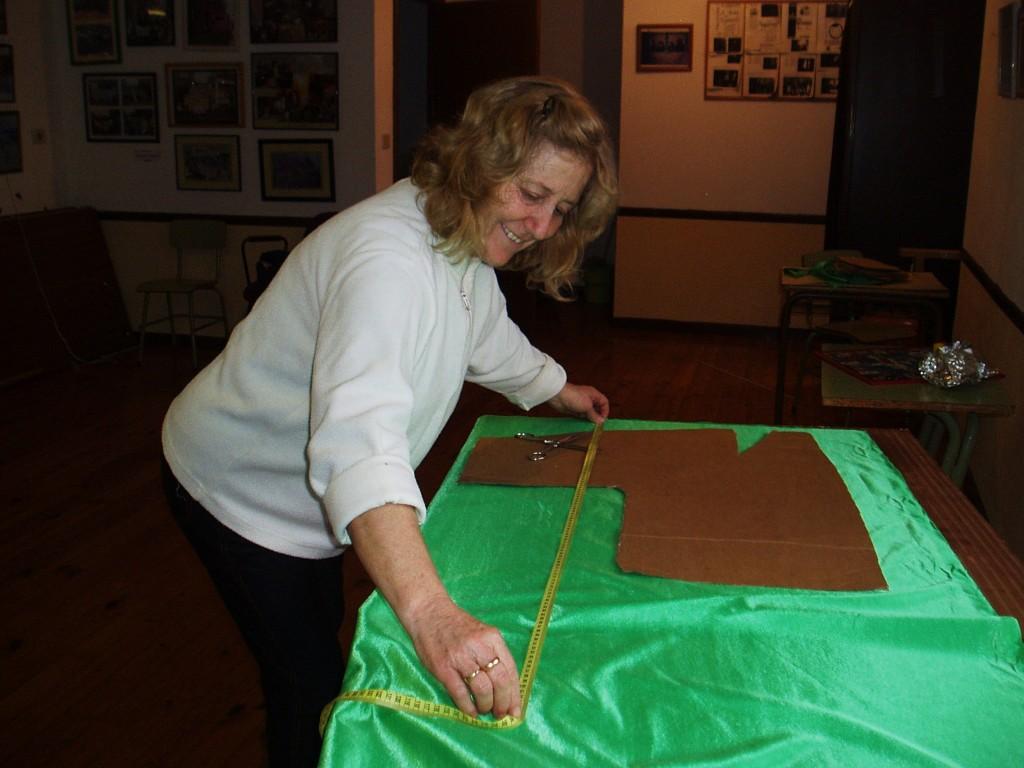 Carmen Álvarez mide la tela