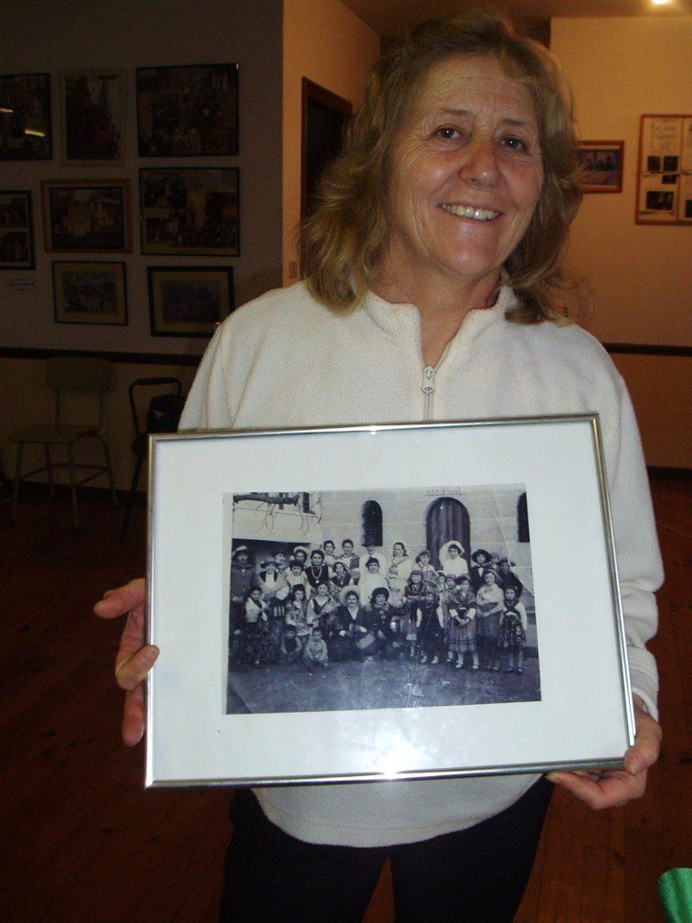 Carmen Álvarez muestra una foto de la comparsa de hace más de 50 años
