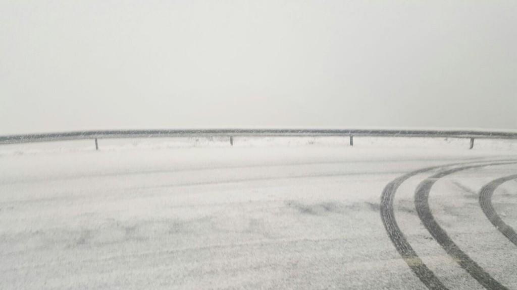 Carretera de Lardeira llena de nieve