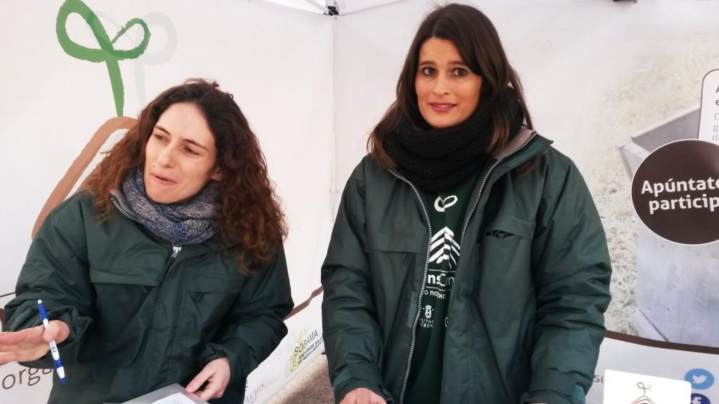 Doris Dios (a la izquierda) y Nayra Moure, las personas que informan en la carpa de compostaje
