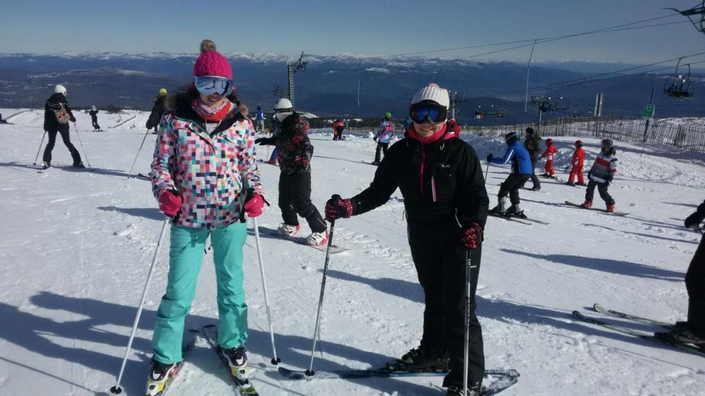 Dos vecinas de A Rüa esquiando en Manzaneda