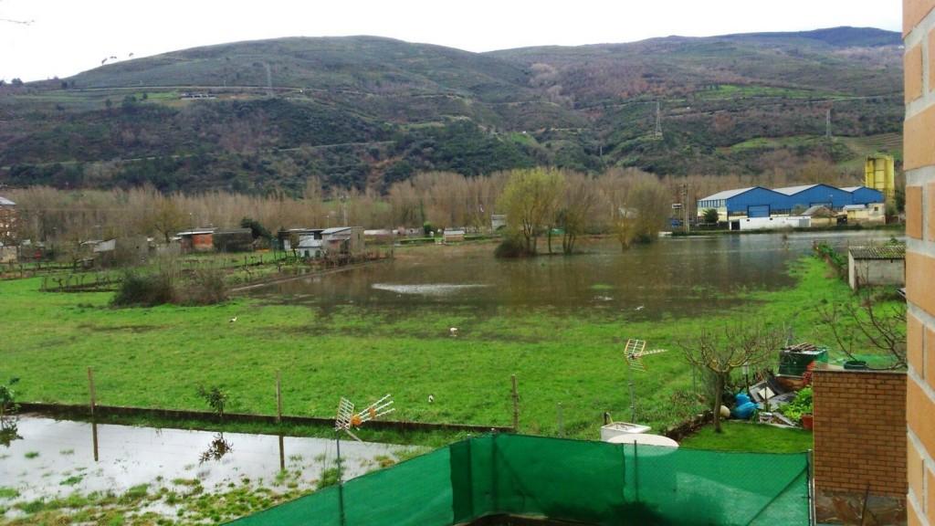 El agua vuelve a cubrir las huertas y accesos a edificaciones