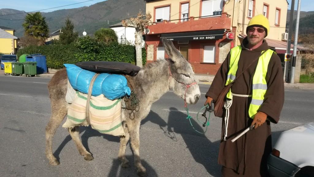 El franciscano belga con la casa a cuestas